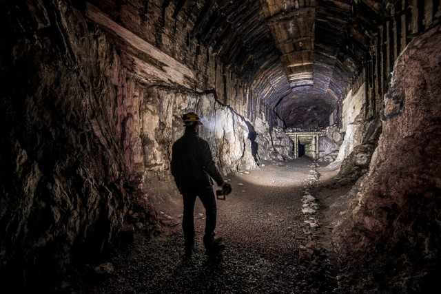 005 -nocne zdjecia latarek w podziemne miasto  osowka